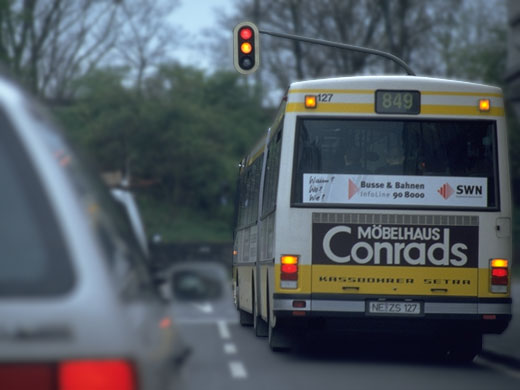 Bus mit Warnblinklicht