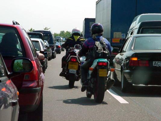 Motorrad Stau Durchfahren